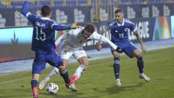 Gelandang Italia, Manuel Locatelli, berebut bola dengan gelandang Bosnia, Josip Corluka, pada laga UEFA Nations League 2020/2021 di Grbavica Stadium, Kamis (19/11/2020) dini hari WIB. Italia menang 2-0 atas Bosnia. (AP Photo/Kemal Softic)