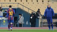 Lionel Messi berjalan lesu usai dapat kartu merah. Barcelona kalah 1-2 dari Athletic Bilbao di final Piala Super Spanyol, Senin (18/01/2021) dini hari WIB.