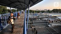 Warga melintasi JPO di Stasiun Jatinegara, Jakarta, Selasa (27/7/2021). VP Corporate Secretary KAI Commuter Anne Purba mengungkapkan jumlah penumpang KRL mengalami peningkatan hingga 25 persen sejak penerapan PPKM Level 4. (merdeka.com/Iqbal S. Nugroho)