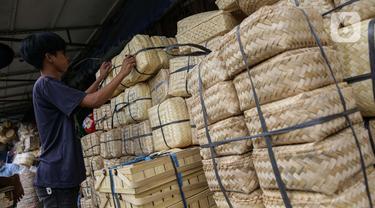 Penjualan Besek Bambu Jelang Idul Adha