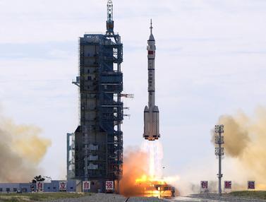 FOTO: China Sukses Luncurkan 3 Astronaut ke Stasiun Luar Angkasa