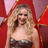 Selain soal kepiawaiannya dalam berakting, Jennifer Lawrence juga selalu memikat karena parasnya yang cantik dan tubuh seksinya. Namun siapa sangka kalau JLaw doyan dan gemar makan pizza. (Foto: AFP)