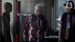 Ketua KPU Pusat, Arief Budiman tiba di Gedung KPK, Jakarta, Selasa (28/1/2020). Arief diperiksa sebagai saksi untuk tersangka Saeful Bahri yang merupakan staf Sekjen PDIP Hasto Kristiyanto terkait kasus dugaan penerimaan hadiah atau janji penetapan anggota DPR 2019-2024. (merdeka.com/Dwi Narwoko)