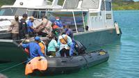 Pelaksanaan vaksin dan pelayanan kesehatan terapung menggunakan kapal Pol Air Polda NTT, saat melayani vaksin covid 19 di wilayah kepulauan Kabupaten Kupang Provinsi NTT.  (Liputan6.com/ Dionisius Wilibardus)