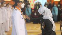 Khofifah melantik Gus Ipul sebagai wali kota Pasuruan. (Dian Kurniawan/Liputan6.com)