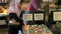 Celine Evangelista  berziarah ke makam kakek buyutnya di Makassar, Sulawesi Selatan (Dok.Instagram/@celine_evangelista/https://www.instagram.com/p/BwJD1oKDjqH/Komarudin)