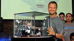 Pentolan grup music Dash Berlin, Jeffrey Sutorius (kanan) memperlihatkan jam tangan edisi khusus G-SHOCK GA-400 Dash Berlin Edition, Jakarta, Minggu (15/3/2015). (Liputan6.com/Panji Diksana)