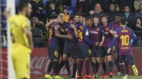 Para pemain Barcelona merayakan gol yang dicetak oleh Luis Suarez ke gawang Villarreal pada laga La Liga 2019 di Stadion Ceramica, Selasa (2/4). Kedua tim bermain imbang 4-4. (AP/Alberto Saiz)