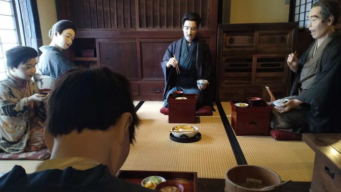 Gambaran sehari hari masyarakat era Meiji (1868-1912) di Museum of commercial and domestic life. (Liputan6.com/ Mevi Linawati)