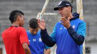 Pelatih Arema, Milan Petrovic, saat memberikan instruksi kepada Rivaldi Bawuo. (Bola.com/Iwan Setiawan)