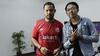 Kiper Persija Jakarta, Andritany Ardhiyasa, bersama The Jakmania yang menjadi lawannya di final BOLA Esports Challenge, Rizky Darmawan. (Bola.com/Muhammad Iqbal Ichsan)