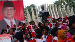 Ribuan massa dari Aliansi Rakyat Bersatu (ARB) dan Merah Putih Sejati (MPS) berbaris menyambut calon presiden Prabowo di Tugu Proklamasi Jakarta, Selasa (10/6/2014) (Liputan6.com/Miftahul Hayat)