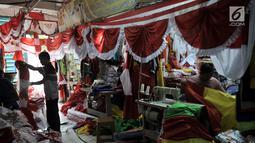 Pedagang melayani calon pembeli bendera Merah Putih di Pasar Senen, Jakarta, Selasa (6/8/2019). Salah satu pedagang mengaku mampu memproduksi bendera Merah Putih hingga 1.000 meter dan meraup omzet Rp 50 juta dalam sehari. (merdeka.com/Iqbal S. Nugroho)