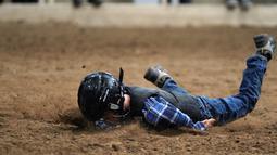 "Seorang anak terjatuh saat menunggangi domba selama acara ""Mutton Bustin '"" di National Western Stock Show di Denver, Colorado, (16/1). Mutton bustin adalah acara yang diadakan di rodeo yang mirip dengan menunggangi banteng. (AFP/Photo/Rick T. Wilking)"