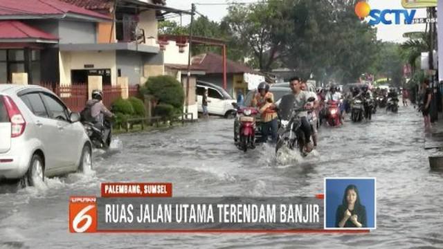 Palembang dikepung banjir. Kondisi banjir di Palembang semakin parah akibat hujan deras yang mengguyur sejak Senin malam (12/11) kemarin. Air rendam permukiman dan akses jalan utama.