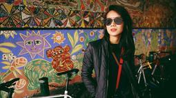 Wanita yang bergelar Sarjana Hukum lulusan Universitas Trisakti Jakarta itu selalu terlihat memesona dalam setiap busana yang dikenakannya. Gista juga kerap memakai kacamata untuk mempercantik penampilannya. Baju berwarna gelap pun tetap tampak keren saat ia pakai. (Liputan6.com/IG/@gistaputri)