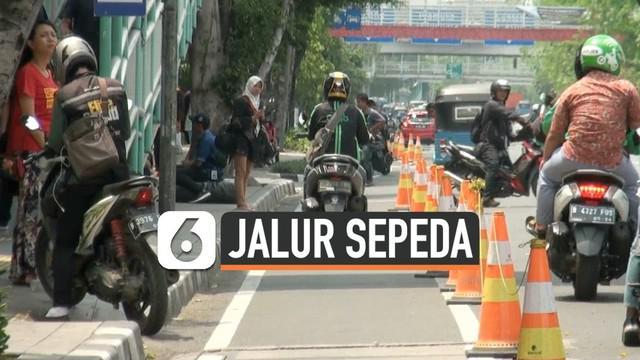 Dinas Perhubungan Jakarta Timur menggelar razia di sepanjang Jalan Pemuda, Rawamangun, Jakarta Timur. Razia dilakukan guna mensterilkan jalur sepda di kawasan tersebut.