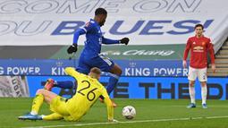 Striker Leicester City, Kelechi Iheanacho mengecoh kiper Manchester United, Dean Henderson untuk mencetak gol pertama timnya dalam laga perempatfinal Piala FA 2020/2021 di King Power Stadium, Minggu (21/3/2021). Leicester menang 3-1 atas Manchester United. (AFP/Oli Scarff/Pool)