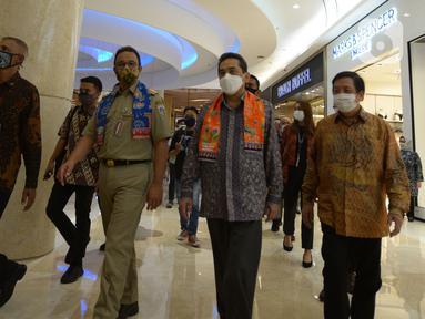 Menteri Perdagangan Agus Suparmanto (kanan) bersama Gubernur DKI Jakarta Anies Baswedan (kedua kanan) saat meninjau pelaksanaan protokol kesehatan kenormalan baru di Mal Kota Kasablanka, Jakarta, Selasa (16/6/2020). (merdeka.com/Imam Buhori)