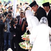 Presiden ke-6 RI Susilo Bambang Yudhoyono (tengah) beserta anak dan menantunya menabur bunga di atas pusara Ani Yudhoyono di TMP Kalibata, Jakarta, Minggu (2/6/2019). Ani Yudhoyono meninggal di National University Hospital Singapura pada 1 Juni 2019. (Liputan6.com/JohanTallo)