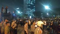 Ribuan mahasiswa masih bertahan di depan Gedung DPR. Mereka menolak pengesahan revisi UU KPK dan RUU KUHP. (Nur Habibie?Merdeka,com)