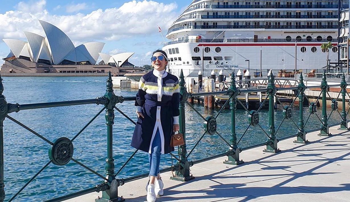 Sejak menikah dengan Reino Barack, Syahrini memang beberapa kali bepergian ke luar negeri untuk sekadar liburan. Beberapa waktu lalu, Syahrini mengunjungi Sydney, Australia. Dalam kesempatan itu, Syahrini memakai coat, jeans ketat serta kacamata yang tampak modis. (Liputan6.com/IG/@princessyahrini)