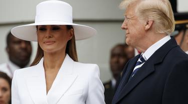 Donald Trump dan Melania saat sesi foto bersama dengan Presien Prancis Emmanuel Macro dan istrinya. (AP Photo)