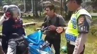 Polisi lalu lintas Tanjung Jabung Timur, Jambi, menghentikan pengendara sepeda motor yang ternyata salah seorang penumpangnya adalah mayat yang akan dibawa ke rumah almarhum. (Instagram)
