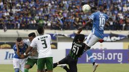 Striker Persib Bandung, Ezechiel Ndouasel, mencetak gol dengan tandukan kepala ke gawang Persiwa Wamena pada laga Piala Indonesia di Stadion Si Jalak Harupat, Bandung, Senin (11/2). Persib menang 7-0 atas Persiwa. (Bola.com/M Iqbal Ichsan)