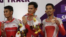 Pebalap sepeda Indonesia, Muhammad Fadli, M Habib dan Losu Marthin, menunjukan medali pada Asian Para Games di Velodrome, Jakarta, Kamis (11/10/2018). Tim Indonesia berhasil meraih medali perunggu. (Bola.com/M Iqbal Ichsan)