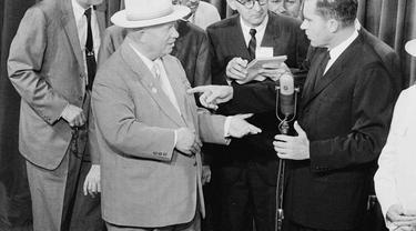 Pemimpin Uni Soviet Nikita Khrushchev dan Wakil Presiden Amerika Serikat Richard Nixon bertukar kata dengan nada tegang tentang komunisme versus kapitalisme (Wikipedia/Public Domain)