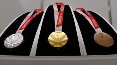 Medali perak, emas, dan perunggu Paralimpiade Tokyo 2020 ditampilkan saat Chef de Mission Seminar bersama Komite Paralimpiade Nasional masing-masing negara di Tokyo, Jepang, Selasa (10/9/2019). Medali Paralimpiade dirancang seperti motif kipas Jepang. (Toshifumi Kitamura/AFP)
