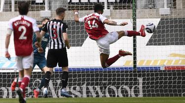 Penyerang Arsenal, Pierre-Emerick Aubameyang saat mencetak gol ke gawang Newcastle United pada pertandingan lanjutan Liga Inggris di stadion St James 'Park, di Newcastle, Inggris, Minggu (2/5/2021). Aubameyang diberikan gelar man of the match di pertandingan ini. (Stu Forster/Pool via AP)