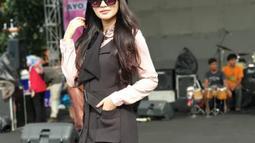 Fitri Carlina pada 2014 memutuskan untuk melepas masa lajangnya. Ia resmi dipersunting seorang pilot bernama Hendra Sumendap. (Liputan6.com/IG/@fitricarlina)