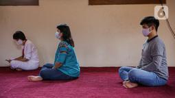 Umat Buddha mengikuti peringatan Hari Trisuci Waisak 2565 Tahun Buddhis di Vihara Jakarta Dhammacakka Jaya, Rabu (26/5/2021). Pelaksanaan upacara Trisuci Waisak 2565/2021 dirayakan oleh umat Buddha secara terbatas dengan menerapkan protokol kesehatan secara ketat. (Liputan6.com/Faizal Fanani)