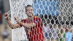 Spanyol kembali gagal memanfaatkan peluang menjadi gol saat tembakan gelandang Koke usai menerima umpan dari Jordi Alba masih melebar di sisi gawang Swedia. (Foto: AP/Pool/Pierre Philippe Marcou)