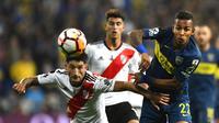 Milton Casco (River Plate) berduel dengan Sebatian Villa (Boca Juniors). (AFP/Gabriel Bouys)