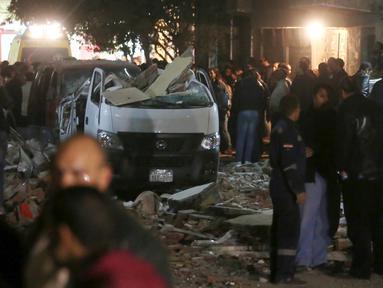 Mobil rusak terlihat di lokasi ledakan yang terjadi saat aparat keamanan menggerebek sebuah apartemen di Kairo yang diduga menjadi tempat persembunyian militan, Mesir, Kamis (21/1). Enam orang tewas, termasuk tiga polisi. (REUTERS/Mohamed Abd El Ghany)