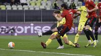 Edinson Cavani dari Manchester United mencetak gol pertama timnya selama pertandingan sepak bola final Liga Europa antara Manchester United dan Villarreal di Gdansk, Polandia, Rabu 26 Mei 2021. (Kacper Pempel, Pool via AP)