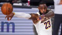 Pebasket Los Angeles Lakers, LeBron James, saat melawan Miami Heat pada laga Gim ketiga Final NBA, Senin (5/10/2020). Miami Heat menang dengan skor 115-104. (AP Photo/Mark J. Terrill)