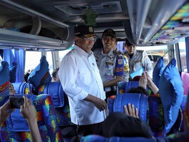 Menhub Budi Karya Sumadi menyapa warga saat meninjau kesiapan arus balik Lebaran di Terminal Kampung Rambutan, Jakarta, Selasa (19/6). Budi mengapresiasi kinerja petugas yang berjaga di Terminal Kampung Rambutan. (Liputan6.com/Faizal Fanani)