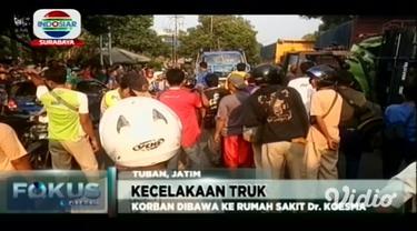 Kecelakaan truk akibat ban pecah di jalur pantura Kabupaten Tuban, Jawa Timur. Seorang pengemudi terjepit kabin setelah supir truk dapat di evakuasi langsung dilarikan ke rumah sakit umum.