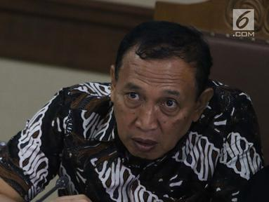 Terdakwa kasus korupsi dana hibah KONI yang juga Sekjen KONI, Ending Fuad Hamidy saat menjalani sidang lanjutan di Pengadilan Tipikor, Jakarta Pusat, Kamis (21/3). Sidang beragendakan pemeriksaan saksi-saksi. (Liputan6.com/Helmi Fithriansyah)