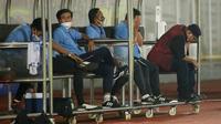 Pelatih Persela Lamongan, Iwan Setiawan (kanan) tampak lesu usai anak asuhnya ditaklukkan Arema FC 0-3 dalam laga pekan ke-6 BRI Liga 1 2021/2022 di Stadion Madya, Jakarta, Minggu (3/9/2021). (Bola.com/M Iqbal Ichsan)