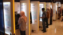 Nasabah melakukan transaksi elektronik perbankan melalui ATM di Jakarta, Selasa (4/2/2020). Dari nilai tersebut, penopang utama transaksi e-channel Mandiri adalah jaringan ATM dengan jumlah 967 transaksi dan Mandiri Online dengan 400 juta transaksi. (Liputan6.com/Angga Yuniar)