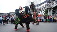 Atraksi barongsai dan liong diantara kerumunan warga di Jalan Gajah Mada, Jakarta, Minggu (4/3). Beragam atraksi budaya yang ada di Indonesia ditampilkan dalam karnaval perayaan Cap Go Meh 2018 di kawasan Glodok Jakarta. (Liputan6.com/Helmi Fithriansyah)