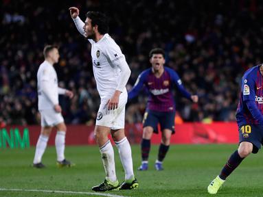 Selebrasi pemain Barcelona, Lionel Messi (kanan) setelah mencetak gol ke gawang Valencia dalam lanjutan Liga Spanyol di Camp Nou, Spanyol, Minggu (3/2). Dua gol Messi membuat pertandingan berakhir 2-2. (AP Photo/Manu Fernandez)