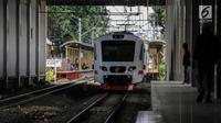 Rangkaian kereta Bandara Soekarno-Hatta yang mulai beroperasi memasuki peron stasiun Sudirman Baru, Jakarta, Selasa (26/12). Pada 2 Januari, kereta bandara Soekarno Hatta akan diberlakukan tarif normal yaitu Rp 70.000. (Liputan6.com/Faizal Fanani)