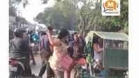 Seorang Ibu Memukul Tukang Becak Setelah Motornya Terjepit