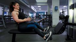 Binaragawan Yordania, Dana Sombouloglu berlatih di sebuah gym di ibukota Amman, pada 29 Januari 2020. Sombouloglu berupaya mematahkan anggapan masyarakat umum Yordania bahwa perempuan tidak boleh melakukan olah raga binaraga karena alasan budaya dan agama di negaranya. (AFP/Khalil Mazraawi)